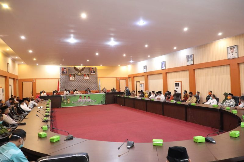 Bupati, dr Ilham Azikin bersama Wakil Bupati Bantaeng, Sahabuddin memimpin rapat persiapan menghadapi New Normal. (ist)