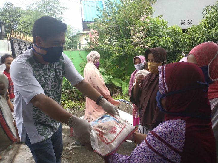 Anggota DPRD Provinsi Sulsel, Andi Edy Manaf salurkan bantuan ke warga di Bulukumba. Selasa (12/05/2020).