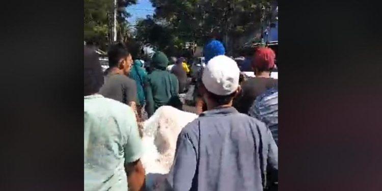 Warga di Makassar Ambil Paksa Jenazah PDP Covid-19 dari RS Labuang Baji, Jumat (5/6/2020). (ist)