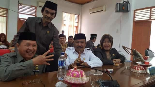 Sekertaris Dewan, A Rosali A Liong (Kiri) bersama sejumlah anggota DPRD Bulukumba. [Src. FB]