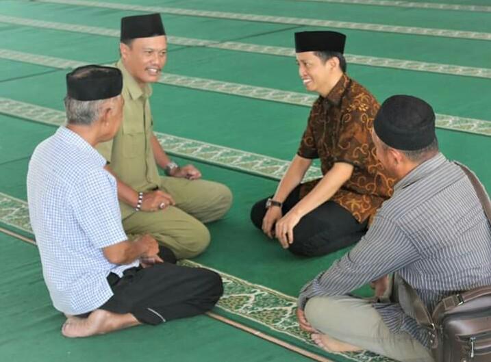 Jamaluddin M Syamsir berbincang akrab dengan Andi Mattampawali AS. (Ist)