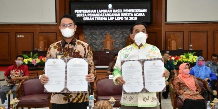 Bupati Sinjai, Andi Seto Asapa (kiri) saat menerima opini WTP dari BPK RI. (Ist)