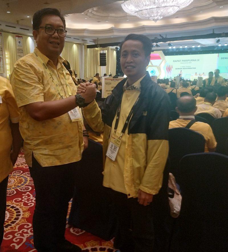 Ketua DPD II Golkar Bulukumba, Andi Hamzah Pangki bersalam komando dengan kader partai Golkar, Jamaluddin M Syamsir. (Ist)