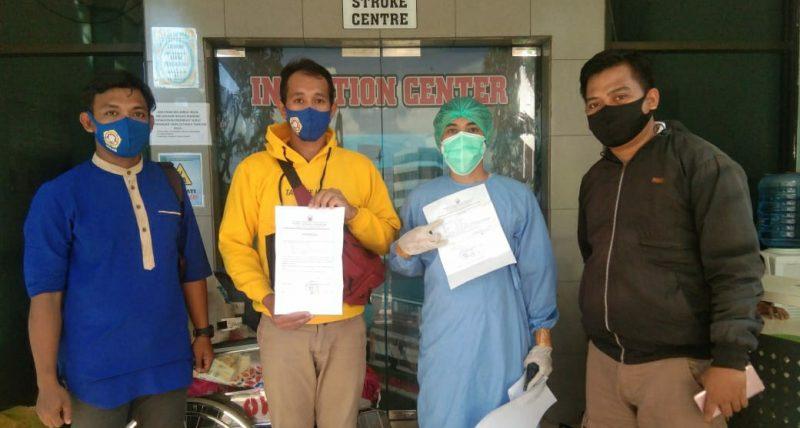 Pasien 012 (sembuh) saat dijemput kerabatnya di RS Dadi Kota Makassar. Rabu (10/6/2020).