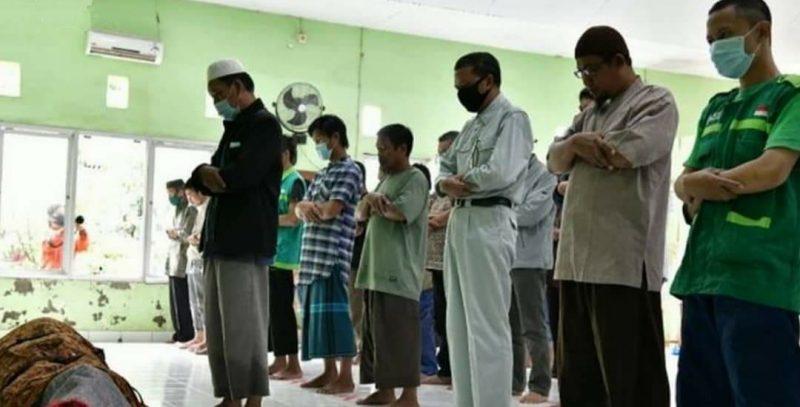 Gubernur Provinsi Sulawesi Selatan, Nurdin Abdullah ikut salat jenazah korban banjir di Bantaeng, Sabtu (13/6/) [Foto: FB @Kabar Bantaeng]