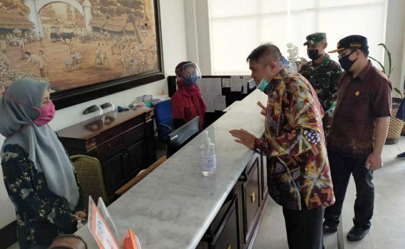 Bupati Bulukumba AM Sukri Sappewali saat meninjau fasilitas hotel usai membuka secara resmi destinasi wisata di Pantai Tanjung Bira, Jumat (12/6/2020)