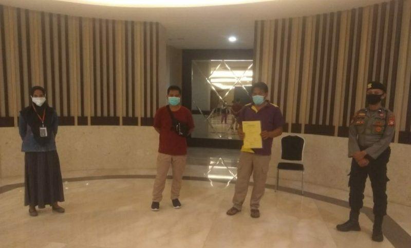 Penjemputan pasien 021 oleh tim PSC di Hotel Harper Makassar, Minggu (21/6/2020).