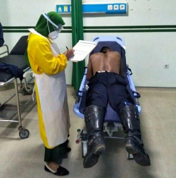 Risal alias Boas menjalani perawatan di UGD RSUD Sulthan Daeng Radja Bulukumba karena mengalami luka tusuk dibagian pinggang belakang akibat dikeroyok sekelompok orang.