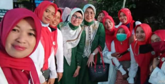 Kabid Gender Dinas P3A (Pakaian Hijau Depan) foto bersama tim Permata TSY-AMM yang baru dideklarasikan.