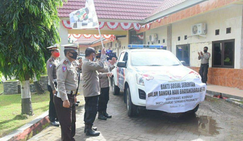 Wakapolres Bulukumba, Kompol Syarifuddin, melepas ratusan paket sembako Polres untuk dibagikan ke Warga, Jumat (26/6/2020).