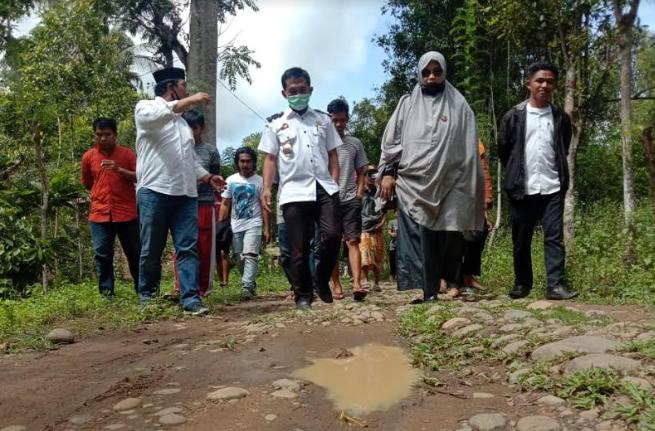 Kadis PUPR Bulukumba Rudy Ramlan bersama dengan Anggota DPRD Sorya. (IST)