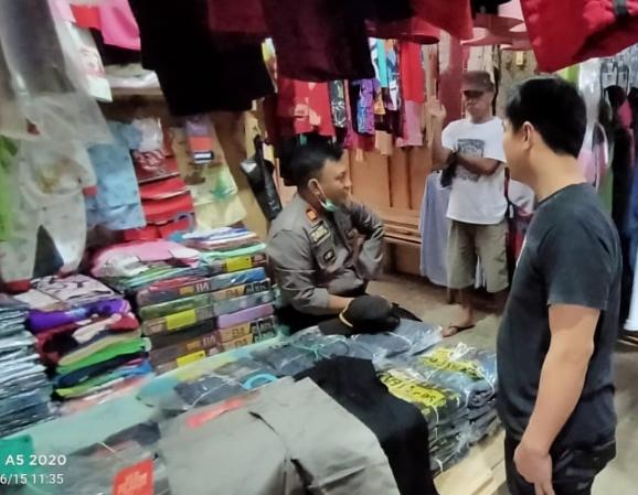 Kapolsek Bulukumpa, AKP Budiawan bersama dengan personil Polsek Bulukumpa di Pasar Rakyat Tanete. (IST)