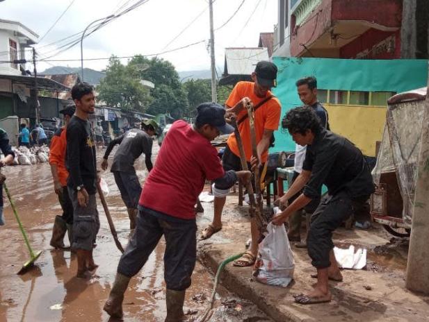 Komunitas Pencinta Alam sedang melakukan kerja bakti di Kabupaten Bantaeng (ist)