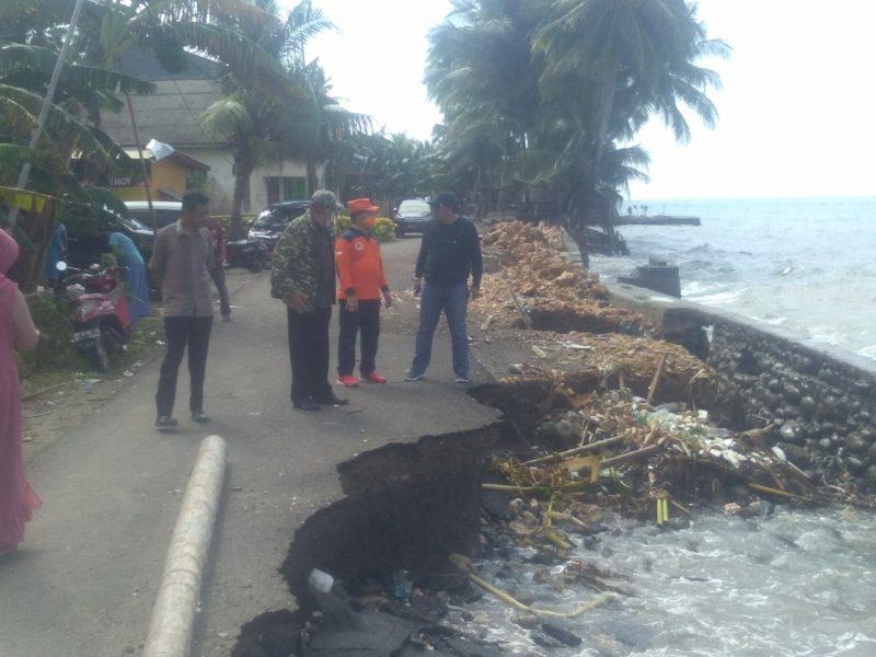 Bupati dan Kadis PUPR Bulukumba meninjau lokasi abrasi di kecamatan Herlang, Minggu (7/6/2020).