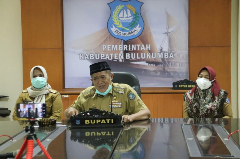 Ketua Gugus Percepatan Penanganan Covid-19 Bulukumba, A.M Sukri Sappewali di dampingi Kadis Kesehatan dan Ketua IDI Bulukumba, saat umumkan 8 tambahan kasus baru positif covid-19, Senin (8/6/2020).