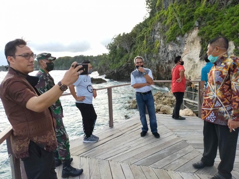 Bupati Bulukumba, A.M Sukri Sappewali bersama perangkat OPD meninjau kawasan wisata Tanjung Bira, Jumat (12/6) [Foto: Humas Pemkab Bulukumba]