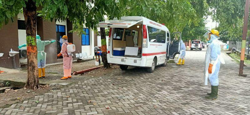 Tim Satgas Covid-19 Bulukumba yang akan membawa jenazah  disterilisasi, Jumat (26/6/2020).