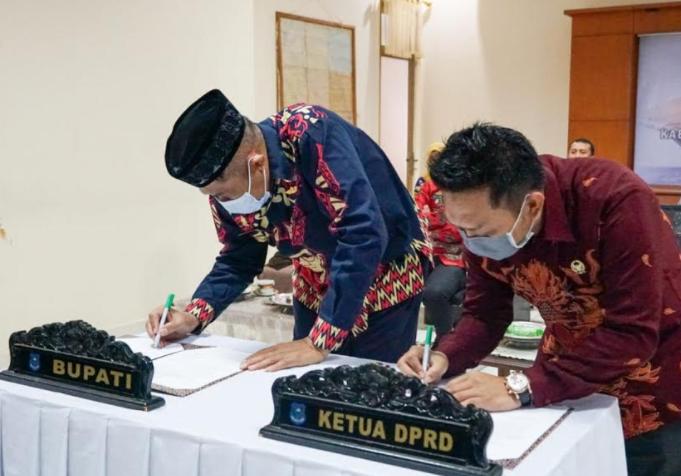 Bupati AM Sukri Sappewali bersama dengan Ketua DPRD Bulukumba menandatangani penerimaan opini WTP. (ist)
