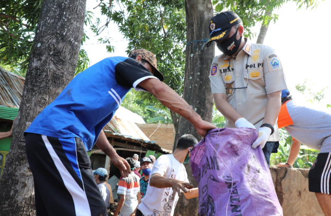 Bupati Bantaeng Ilham Azikin kerja bakti bersama sejumlah warga setelah banjir bandang (IST)