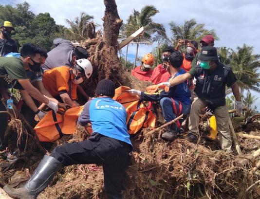 Sosok mayat yang ditemukan oleh tim evakuasi di Jeneponto