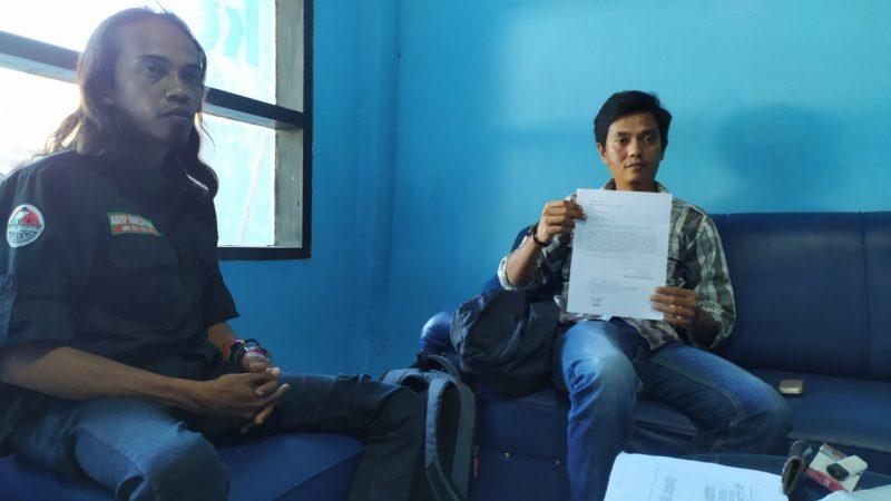 Andi Jamriwali memperlihatkan nomer sengketa Pilkades Caramming dari PTUN Makassar, Kamis (2/7/2020). [IST]