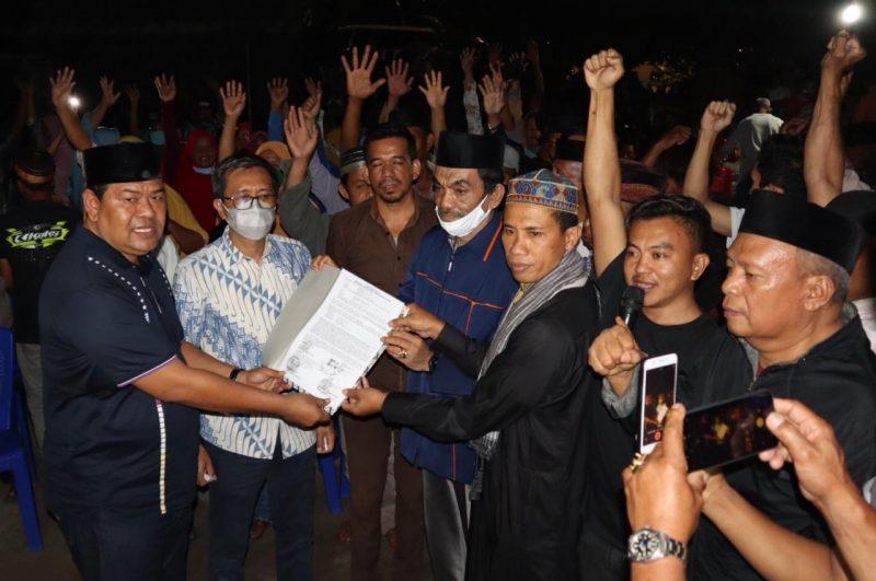Ketua DPC PPP Bulukumba, Askar HL didampingi Arum Spink menyerahkan surat tanah wakaf kepada Ustadz Wahab