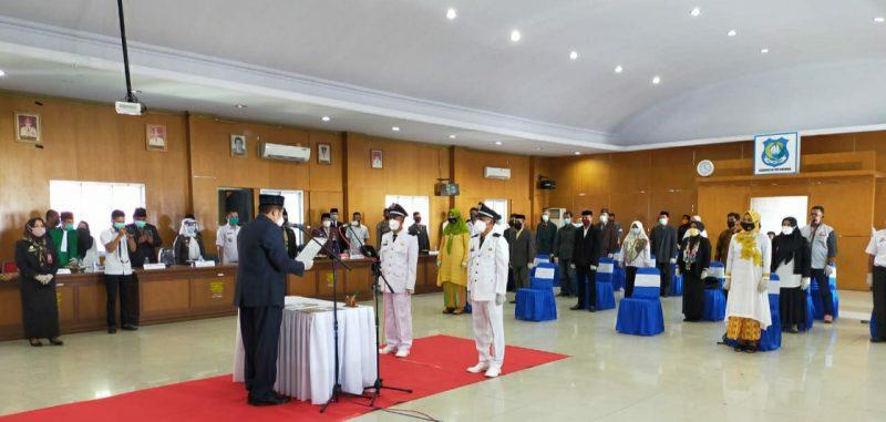 Bupati Bulukumba A.M. Sukri Sappewali melantik Kades Caramming dan Balantaroang di ruang pola kantor Bupati, Rabu (1/7/2020).