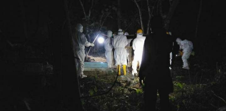 Proses pemakaman jenazah covid-19 di lingkungan Parapara kelurahan Eka Tiro kecamatan Bonto Tiro kabupaten Bulukumba, Sabtu (4/7/2020) dini hari. [IST]