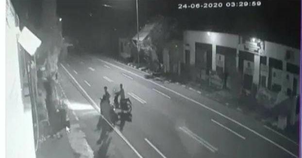 Aksi penikaman di depan Kantor Polsek Ujung Bulu, Bulukumba terekam CCTV.