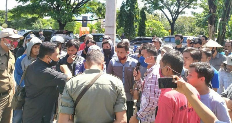 Petani di Bulukumba gelar aksi unjuk rasa di dinas PTHP terkait kelangkaan pupuk. Senin (6/7/2020).