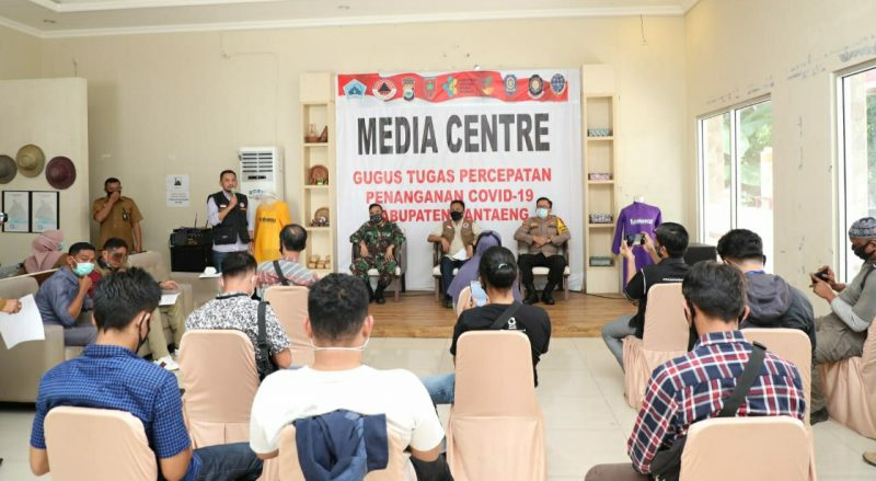 Pres rilis kasus positif Covid-19 dipimpin langsung ketua Gugus Percepatan Penanganan Covid-19 Bantaeng, Ilham Azikin. Senin (6/7/2020). [IST]