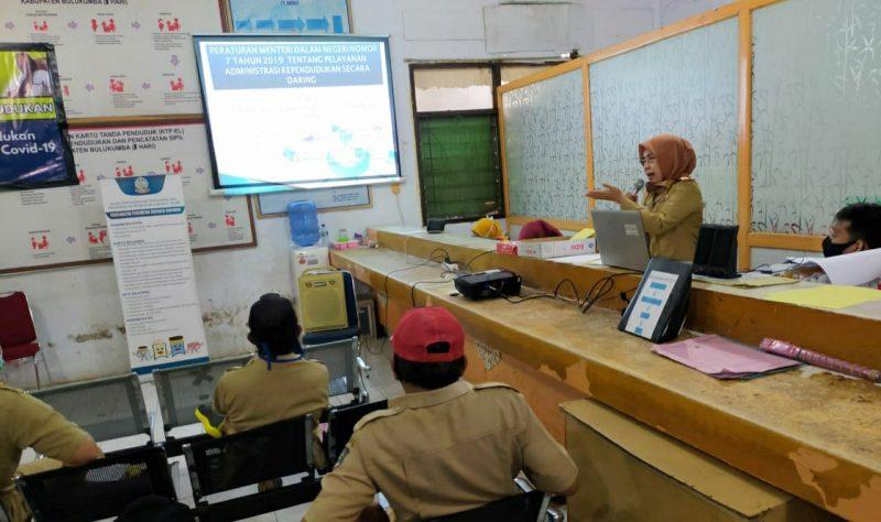 Kadis Dukcapil Bulukumba A Mulyati Nur mensosialisasikan layanan dan kebijakan baru kependudukan dan pencatatan sipil beberapa waktu lalu. [IST]