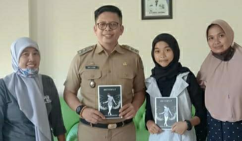 Nayla Putri Humaira didampingi orang tuanya berfoto bersama wakil Bupati Bulukumba Tomy Satria Yulianto, Selasa (28/7/2020).
