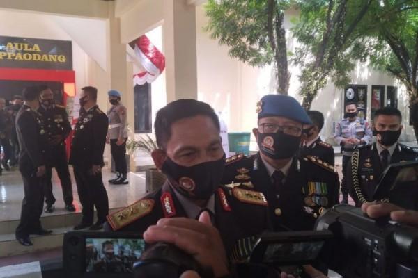 Kapolda Sulsel, Irjen Pol Mas Guntur Laupe saat diwawancarai sejumlah wartawan. (ist)