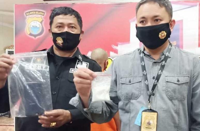 Wakasat Narkoba Polrestabes Makassar, Kompol Indra Waspada saat memperlihatkan narkoba seberat 50 gram. (ist)