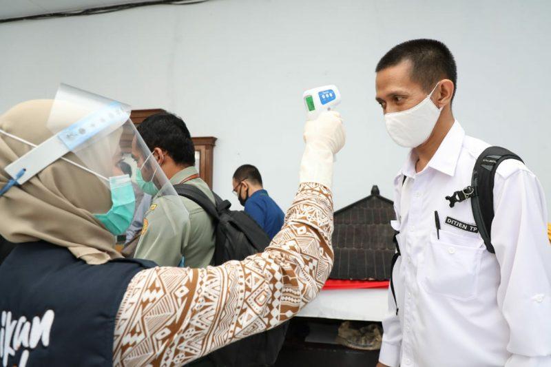 FOTO: Staf Kementan Diukur Suhu Tubuh [IST]