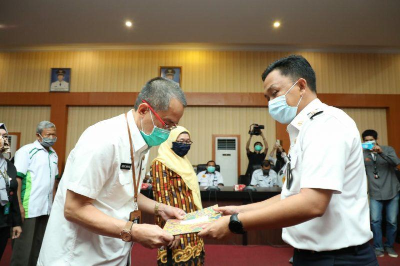 Bupati Bantaeng, Ilham Azikin menyerahkan penghargaan di Hari Koperasi, Rabu (22/7/2020).