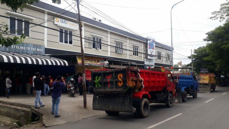 Sejumlah sopir truk segel kantor SMS Finance, Rabu (22/7/2020).