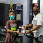 Suasan gembira Iswan saat diberi hadiah handphone oleh Kanit Tipidter Satreskrim Polres Bulukumba, Kamis (6/8/2020).
