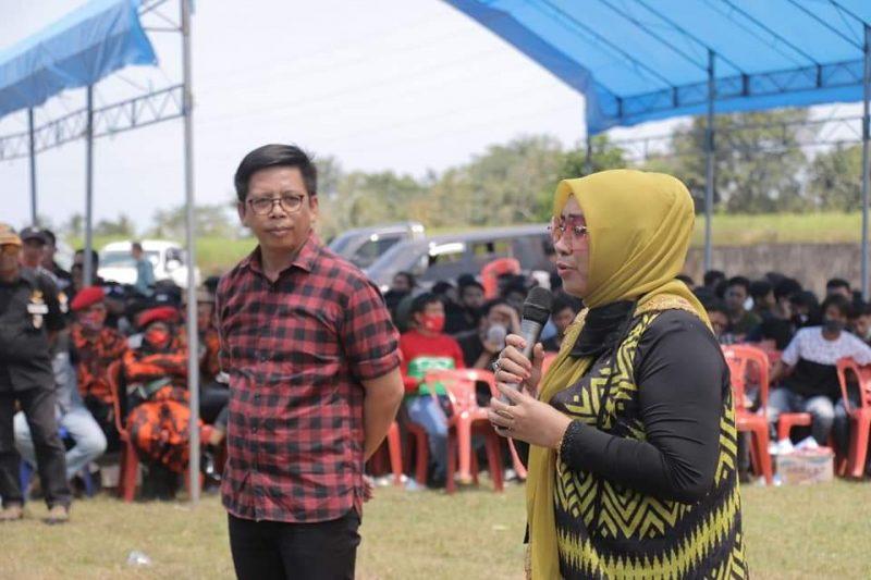 Politisi Perempuan Partai Hanura, Hilmiaty Asip saat jadi Jurkam Kacamatayya di Lapangan Desa Bontobangun, Sabtu (29/8/2020).