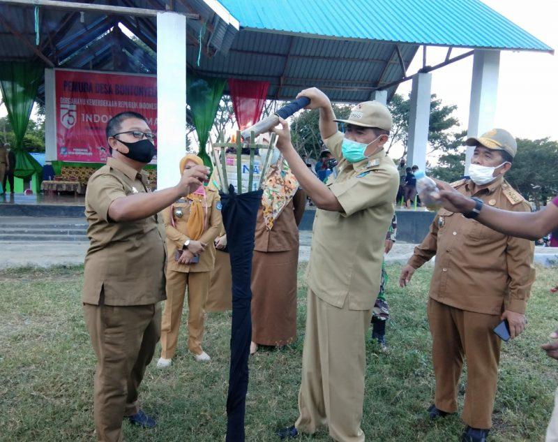 Bupati Bulukumba A.M. Sukri Sappewali menyalahkan obor tanda dibukanya Lomba semarak HUT RI KE 75, di desa Bontonyeleng, Selasa (11/8/2020).