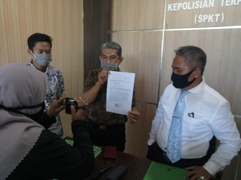 Andi Haris Ishak, Ayah Almarhumah ARD didampingi kuasa hukum memperlihatkan bukti laporan polisi.