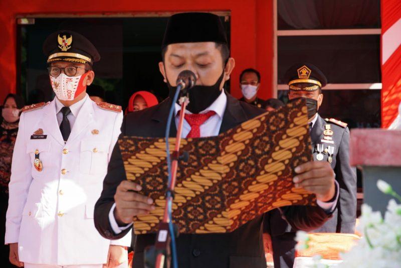 Ketua DPRD Bulukumba, H Rijal membacakan teks proklamasi pada upacara HUT RI ke 75 di halaman kantor Bupati Bulukumba, Senin (17/8/2020).
