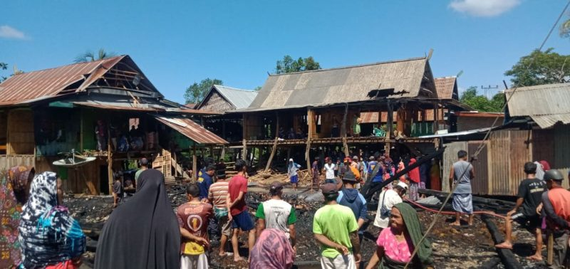 Tiga rumah terbakar di Kajang, Bulukumba, Selasa (18/8/2020) siang.