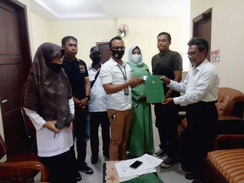 Penyerahan sertifikat tanah wakaf pembangunan masjid di BTN Tiara 7 Bulukumba [IST]
