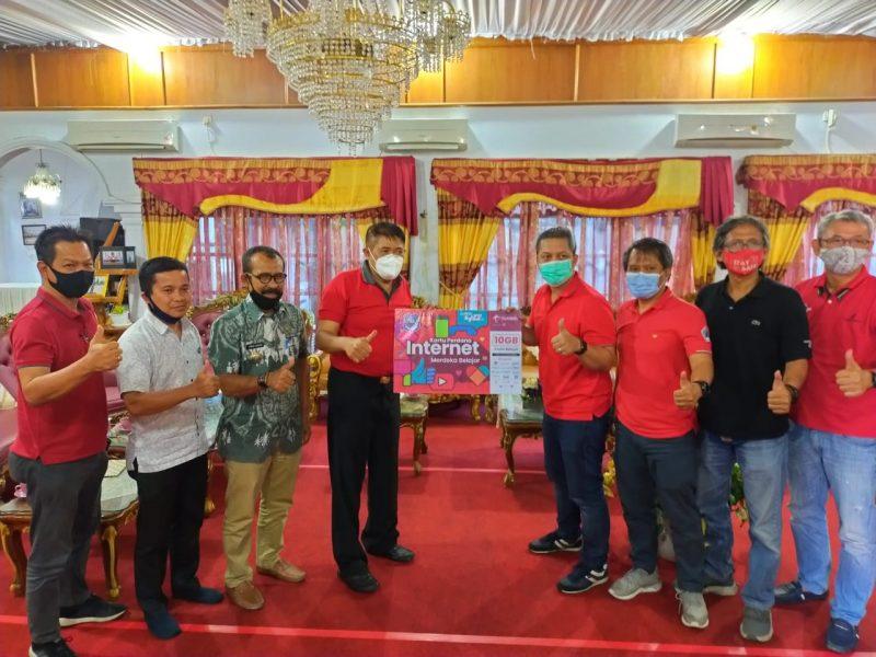 Bupati Bulukumba, A.M Sukri Sappewali menerima bantuan kartu data internet gratis dari Telkomsel diperuntukkan untuk Pelajar SD dan SMP di Bulukumba, Kamis (3/9/2020).
