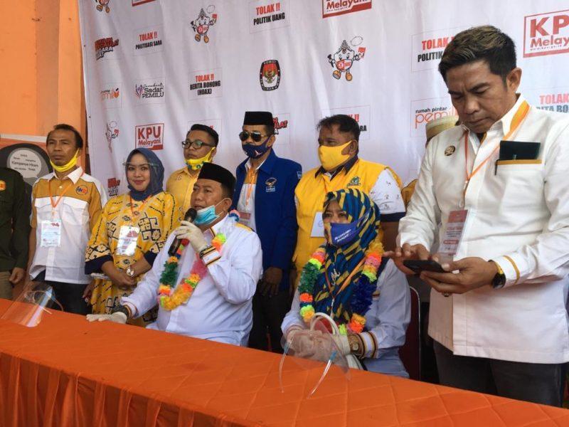 Pasangan Andi Hamzah Pangki dan Andi Murniaty Makking saat konfresi pers usai mendaftar di KPU Bulukumba, Sabtu (5/9/2020).