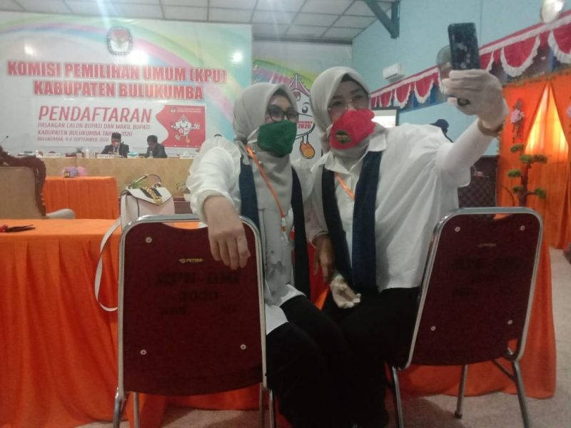 Istri Wakil Bupati Bulukumba, Tomy Satria Yulianto [Mengenakan Masker Hijau] saat mendampingi Wakil Bupati Bulukumba mendaftar ke KPUD Bulukumba, Sabtu (5/9/2020).