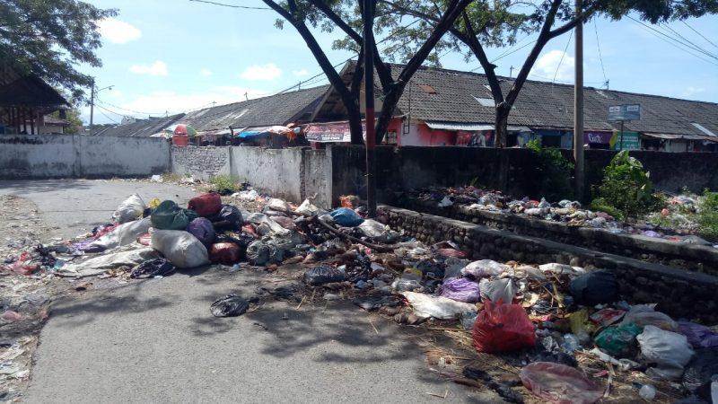 Tumpukan sampah di area pasar sentral Bulukumba, Senin (14/9/2020).