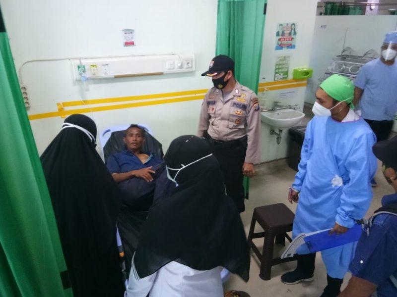 Herman (45) dievakuasi Bhabinkamtibmas Polsek Ujung Bulu bersama tim medis ke RSUD Andi Sulthan Dg Radja, Rabu (16/9/2020)
